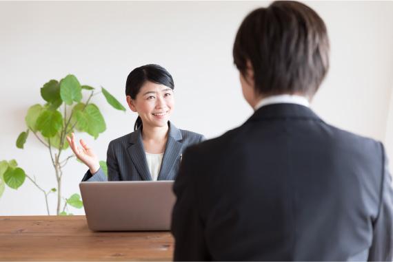 対面に座って保険の説明をする女性スタッフ