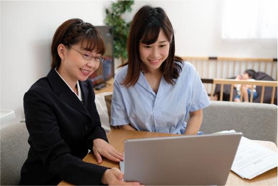 自宅で保険の説明をうける子育て中の女性