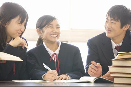 私立中学校の教育費は公立中学校の約2.8倍!