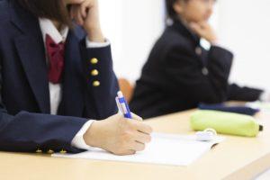 子どもの教育費や学力レベル、親の年収によってどのような違いがある?