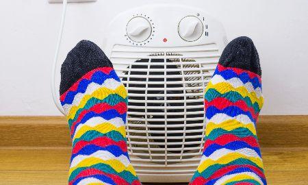 足元を温めて全身ポカポカ!足元専用の暖房器具