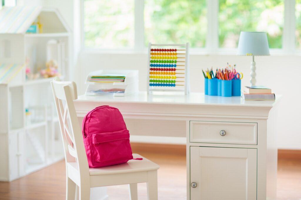 机の配置で成績アップ!?勉強に集中できるお部屋作りのヒント